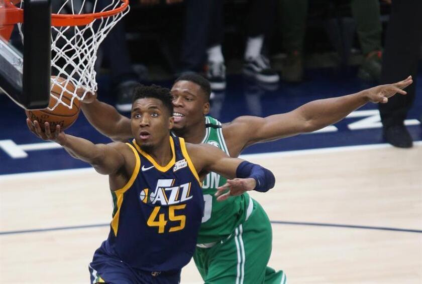 El escolta Donovan Mitchell (i) de Utah Jazz en acción ante el alero Guerschon Yabusele (d) de Boston Celtics hoy, 28 de marzo de 2018, durante un partido de la NBA en el Energy Solutions Arena en Salt Lake City, Utah (EE.UU.). EFE