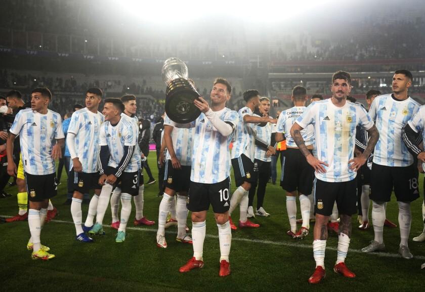 El delantero argentino Lionel Messi (centro) alza el trofeo de la Copa América tras el término del partido contra Bolivia