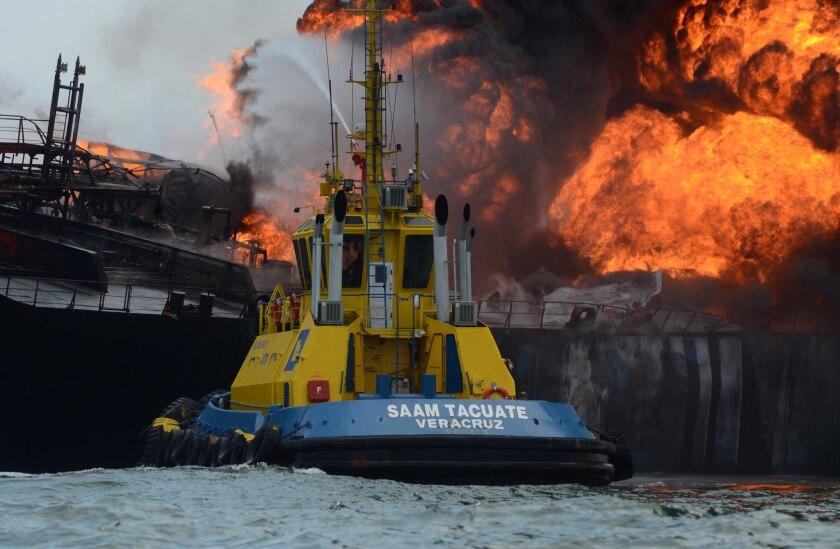 Vista general de un buque tipo cisterna de la empresa petrolera mexicana Pemex, cargada con 160 mil barriles de combustible, que explotó y se incendió frente a las costas del puerto de Veracruz. EFE/Luis Monroy