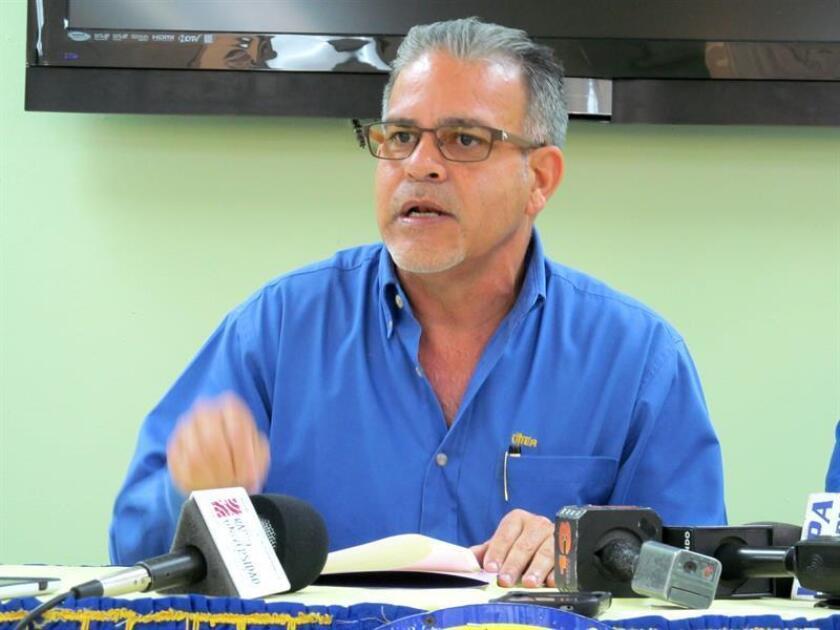 El presidente de la Unión de Trabajadores de la Industria Eléctrica y Riego (UTIER) en Puerto Rico, Ángel Figueroa, dijo hoy que el gobierno de la isla lleva un doble discurso ya que afirma que desea una Autoridad de Energía Eléctrica (AEE) medioambientalmente responsable y por otro su responsable, Walter Higgins, habla de generación a base de carbón. EFE/Archivo