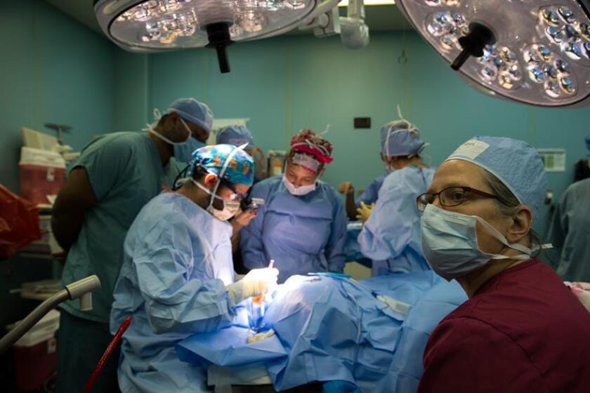 Un equipo médico del Buque Hospital Militar USNS Comfort de Estados Unidos realiza una cirugía hoy, miércoles 19 de agosto de 2015, en Santo Domingo (República Dominicana). EFE/Archivo