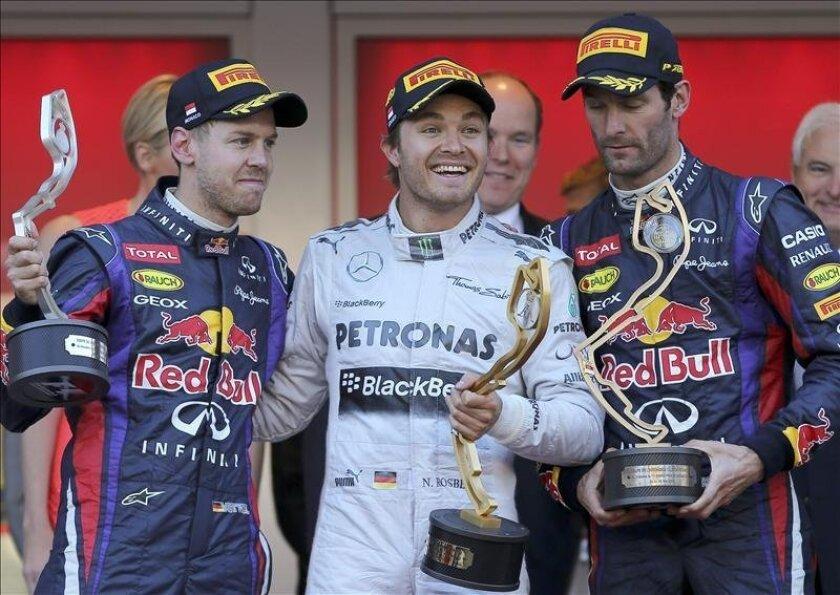 El piloto alemán Nico Rosberg (c), del Mercedes AMG, celebra su victoria con su compatriota  Sebastian Vettel (I), del Red Bull Racing, y el australiano Mark Webber, también del equipo Red Bull Racing, en Mónaco. EFE