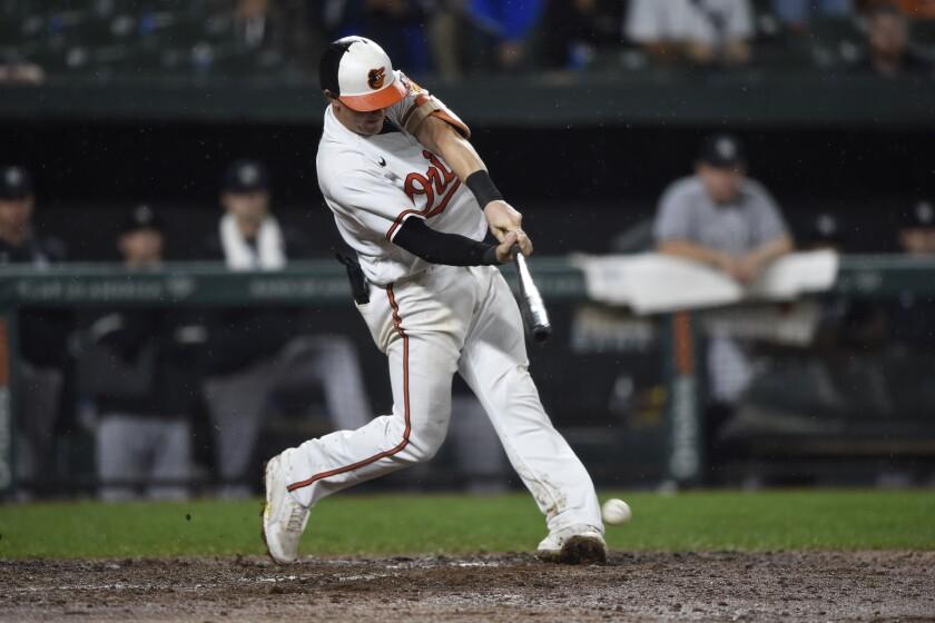 Austin Hays, de los Orioles de Baltimore, pega un sencillo en la décima entrada del encuentro del jueves 16 de septiembre de 2021, ante los Yanquis de Nueva York (AP Foto/Gail Burton)