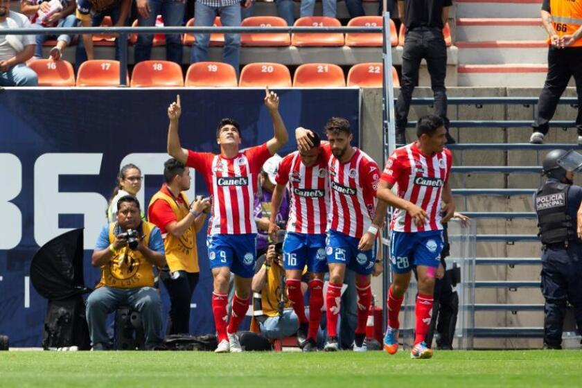 El jugador del San Luís Nicolás Ibáñez (i) celebra con sus compañeros después de anotar un gol en el estadio Alfonso Lastra de San Luis Potosí (México). EFE/ Francisco Guasco/Archivo