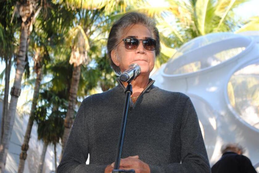 """El cantante José Luis Rodríguez """"El Puma"""" canta durante el último ensayo para su concierto este viernes, en el lujoso barrio Design District de Miami, Florida (EE.UU.). El Puma celebra su regreso con una actuación junto a la Orquesta Sinfónica de Miami y su director Eduardo Marturet, durante una velada musical gratuita en Miami, Florida, producida por el galardonado músico y productor Emilio Estefan. EFE"""