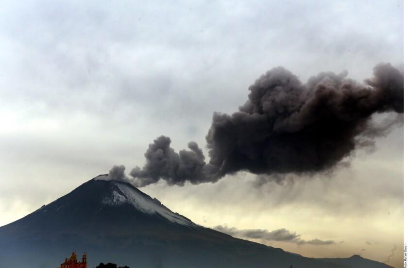 Tras las explosiones que ayer se sintieron en comunidades de Puebla, Morelos y Estado de México, el volcán Popocatépetl repitió esta tarde actividad con dos fumarolas de 2 mil y mil metros de altura cada una, reportó Protección Civil del Estado (PCE).