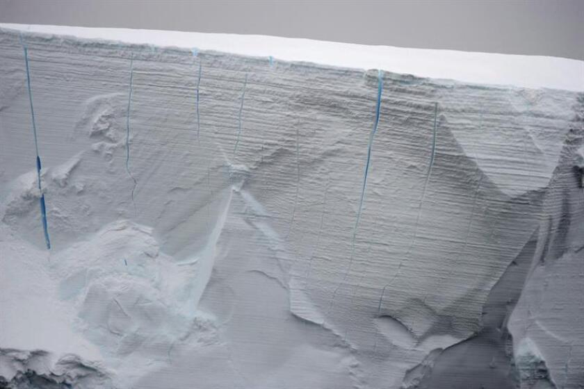 Vista de un bloque de hielo. Una expedición compuesta por científicos y estudiantes investigará este verano el efecto que está teniendo la acumulación de agua dulce en el océano Glacial Ártico debido a la desaparición de la capa de hielo que cubre la región. EFE/Archivo
