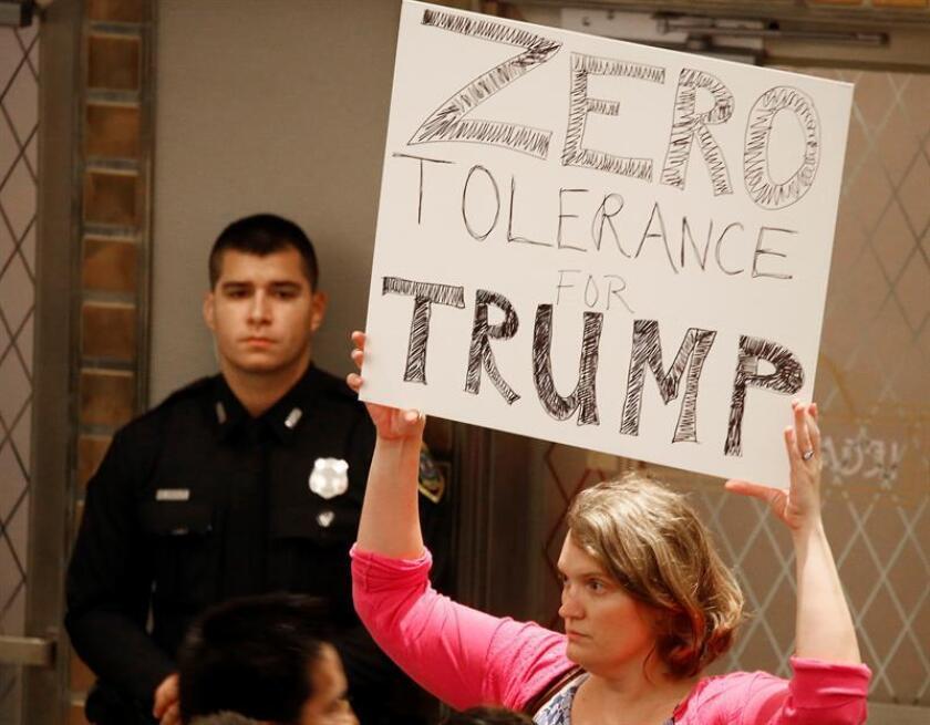 Una mujer sostiene un cartel contra el presidente estadounidense Donald J. Trump durante la conferencia de prensa del alcalde de Houston, Sylvester Turner, sobre el Centro de Detención Infantil propuesto en Houston, Texas (EE.UU.), hoy, martes 19 de junio de 2018. EFE
