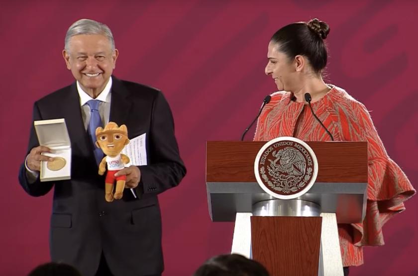 Ana Guevara, titular de la Comisión Nacional de Cultura Física y Deporte (Conade), entregó una medalla conmemorativa al presidente Andrés Manuel López Obrador como agradecimiento a su apoyo a la delegación mexicana que participó en los Panamericanos de Lima 2019.
