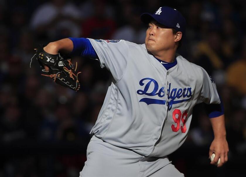 Hyun-Jin Ryu, lanzador abridor de los Dodgers de Los Ángeles, fue registrado este sábado al enfrentar a bateadores de los Cerveceros de Milwaukee, durante el segundo juego de esta llave por el título de campeonato de la Liga Nacional de la MLB, en el Miller Park de Milwaukee (Wisconsin, EE.UU.). EFE