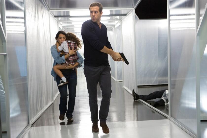 """Ryan Reynolds al lado de la actriz de ascendencia cubana Natalie Martínez en una escena de """"Self/less"""", el 'thriller' de ciencia-ficción que se estrena hoy."""