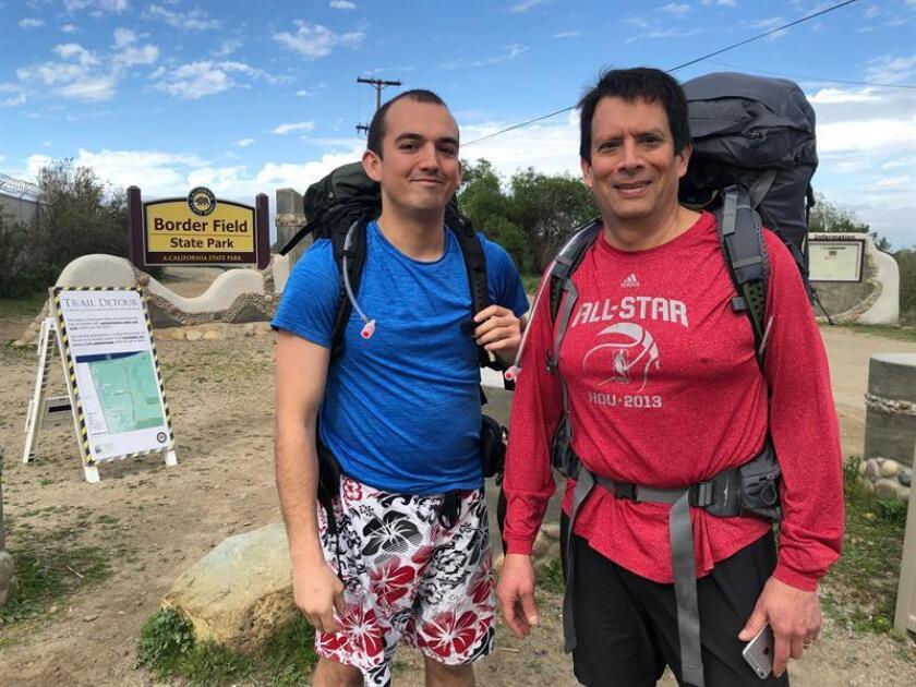 """Paul Pineda (rojo) y su hijo Nick inician una caminata a través de los más de 3.200 kilómetros de frontera entre Estados Unidos y México para documentar la realidad de sus comunidades, y demostrar que """"no hay que tener miedo"""", el pasado 6 de marzo de 2019, desde el Border State Field Park en San Diego, California. EFE"""