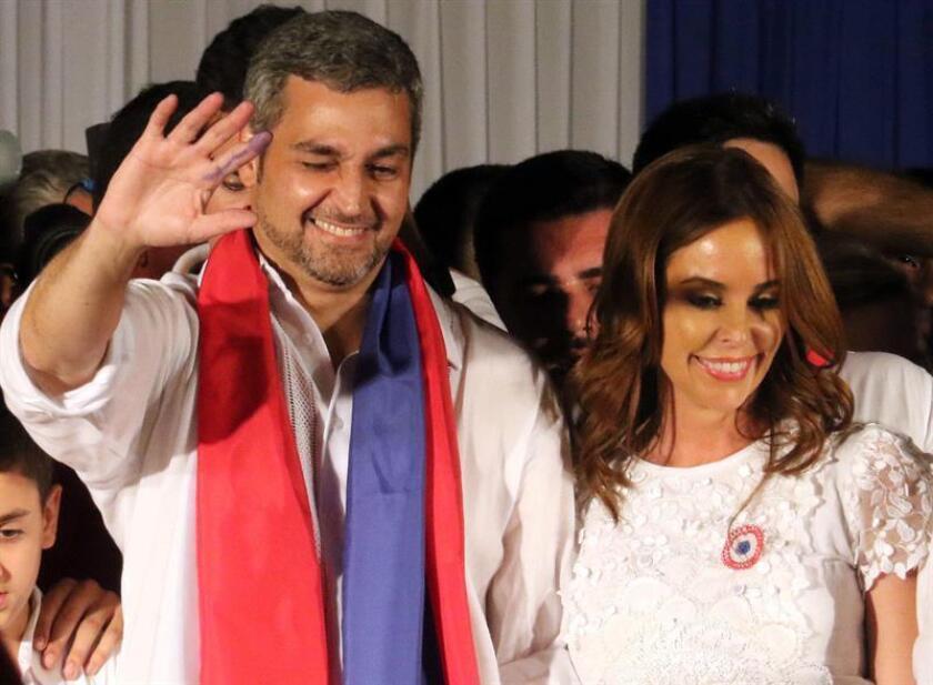 El candidato del gobernante Partido Colorado, el conservador Mario Abdo Benítez (i), reacciona ante sus seguidores acompañado por su esposa Silvana López (d) en Asunción (Paraguay). EFE