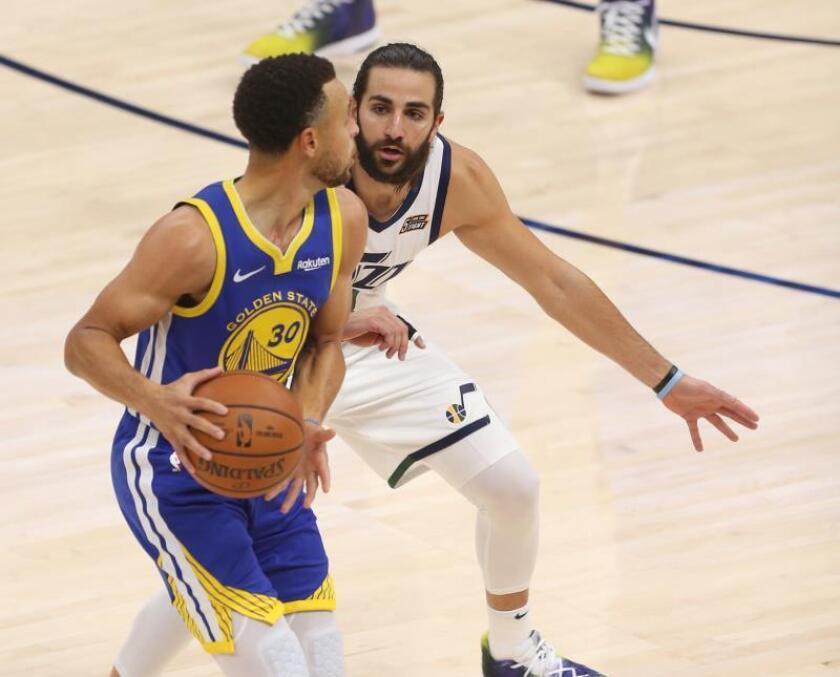 Ricky Rubio (d) de Utah Jazz en acción contra Stephen Curry (i) de Golden State Warriors durante su partido de la NBA. EFE