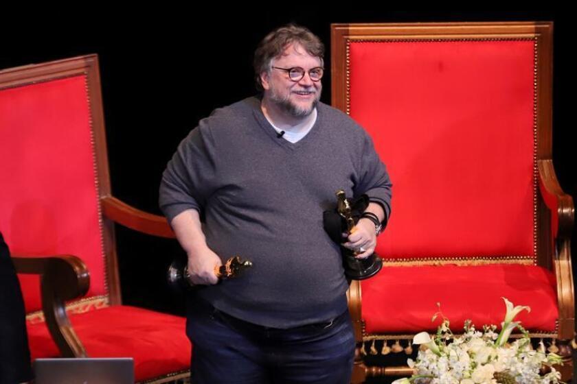 El director mexicano Guillermo del Toro, óscar al mejor director, anunció hoy que dará becas para jóvenes mexicanos que quieran estudiar cine en alguna de las universidades más destacadas del mundo. EFE/ARCHIVO