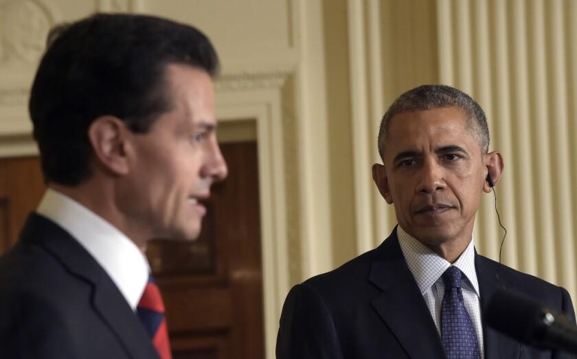 El presidente Barack Obama (derecha), escucha a su colega de México, Enrique Peña Nieto (izquierda), durante una conferencia de prensa conjunta en el Salón Este de la Casa Blanca, en Washington, el viernes 22 de julio de 2016. (AP Foto/Susan Walsh)