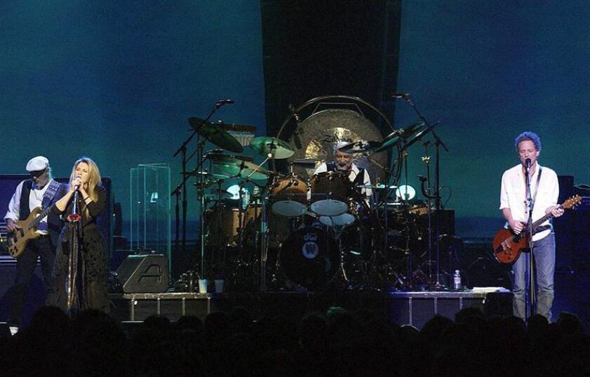 Fleetwood Mac se convirtió en el primer grupo musical reconocido como Persona del Año de cara a los premios Grammy y fue homenajeado por una veintena de artistas estrella en un concierto al que asistió el expresidente estadounidense Bill Clinton, que les entregó el galardón. EFE/EPA/ARCHIVO/NO USAR EN REINO UNIDO E IRLANDA/NO VENTAS