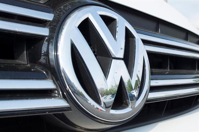 Vista de un logo de Volkswagen. EFE/Archivo