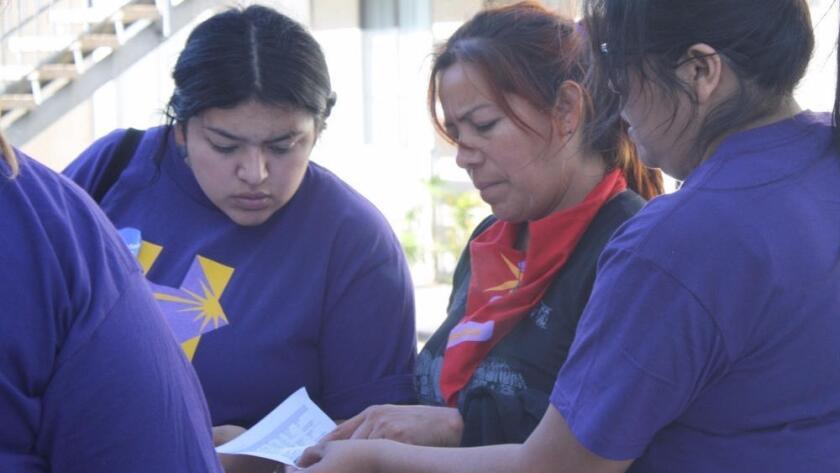 Yamilex Rustrián (izq.), de North Hollywood, y Leticia Soto, de Los Ángeles, verifican direcciones de Las Vegas para visitar y animar a los votantes a apoyar a Hillary Clinton (Sarah D. Wire / Los Angeles Times).