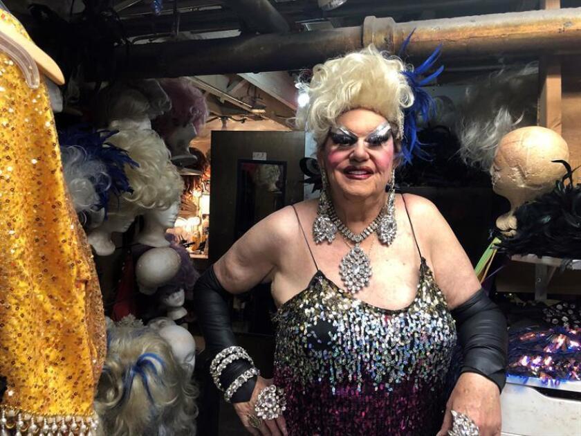 Walter Cole, conocido en escena como Darcelle XV, posa para Efe durante una entrevista el 12 de septiembre en el cabaret que lleva el nombre de su alter ego en Portland, Oregón. EFE/Tania Cidoncha