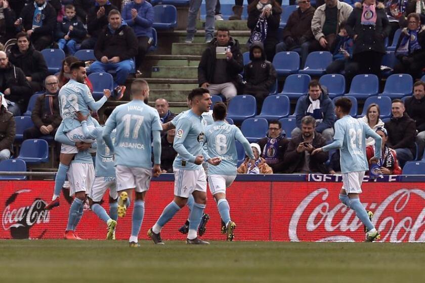 Los jugadores del Celta celebran el gol marcado por su compañero, el defensa mexicano Néstor Araújo, ante el Getafe, durante un partido. EFE/Archivo