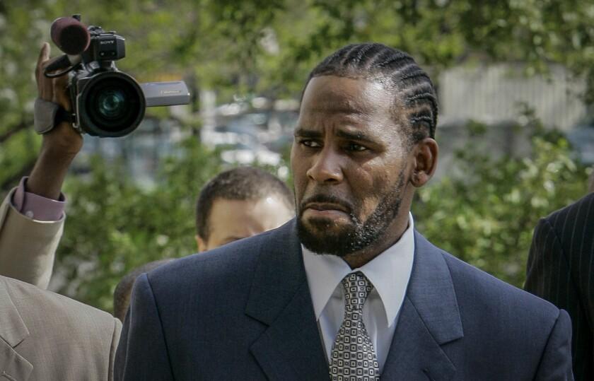 En esta foto del 9 de mayo de 2008, R. Kelly llega a un tribunal en Chicago