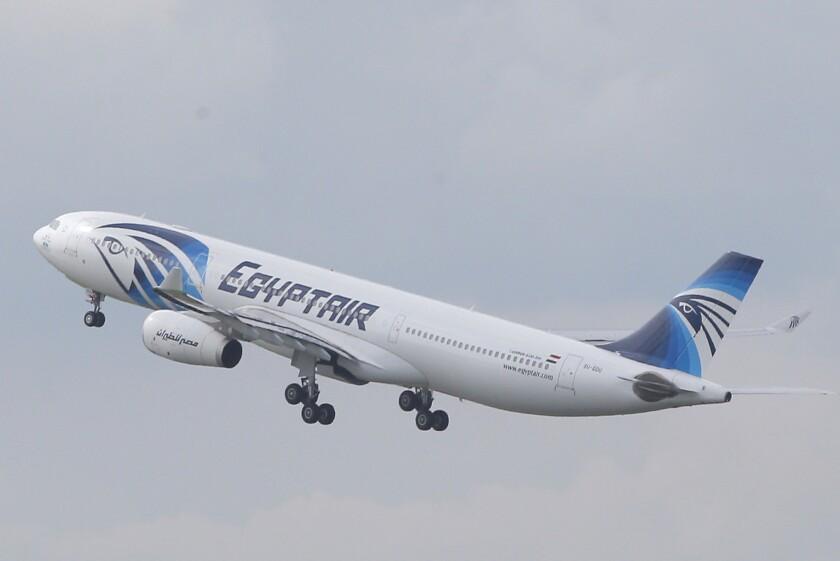 ARCHIVO - En esta fotografía de archivo del 19 de mayo de 2016, un Airbus A330-300 de EgyptAir despega rumbo a El Cairo desde el Aeropuerto Charles de Gaulle en las afueras de París. Una compañía francesa dijo el miércoles 2 de junio de 2016 que su equipo a bordo de un buque de la Armada de Francia detectó señales de una de las cajas negras del vuelo de EgyptAir que cayó al Mar Mediterráneo el mes pasado. (AP foto/Christophe Ena, archivo)