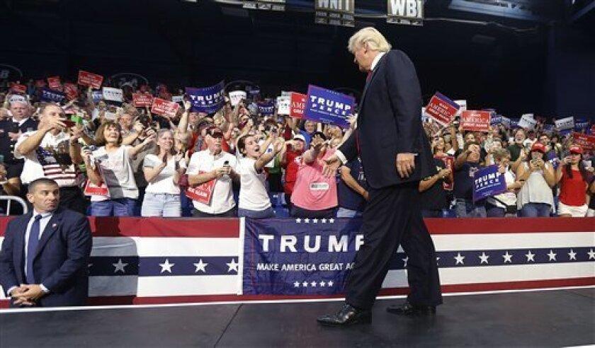 El candidato presidencial republicano, Donald Trump, durante un acto de campaña en Akron, Ohio, está suavizando su posición en cuanto a la migración.