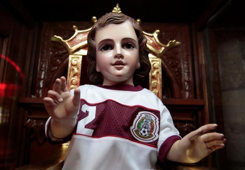 Feligreses acuden hoy, martes 12 de junio de 2018, a visitar al Santo Niño de los Milagros, en la parroquia de San Gabriel Arcángel, en Ciudad de México (México). EFE