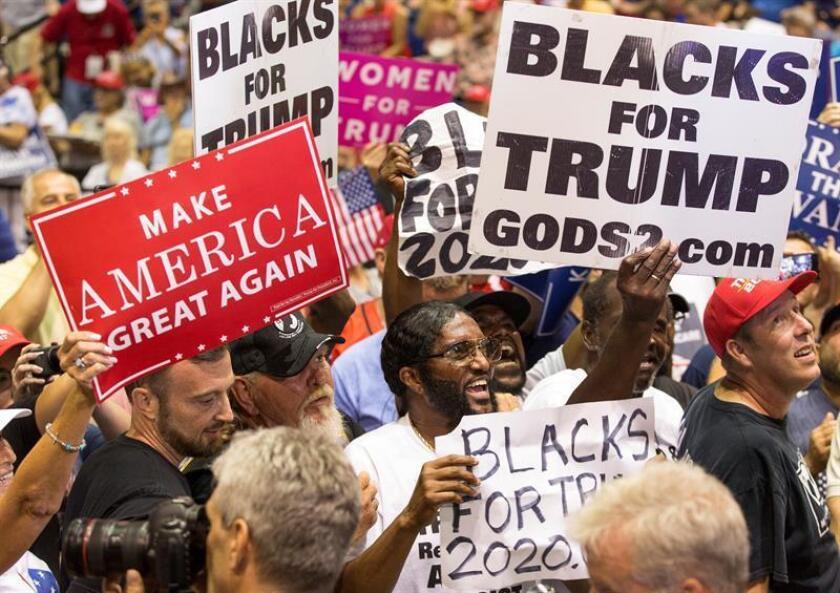 Seguidores del presidente de EE.UU., Donald Trump, reaccionan a su discurso el Florida State Fairgrounds Expo Hall, en Tampa, Florida (EE.UU.), el martes 31 de julio de 2018. EFE/Archivo