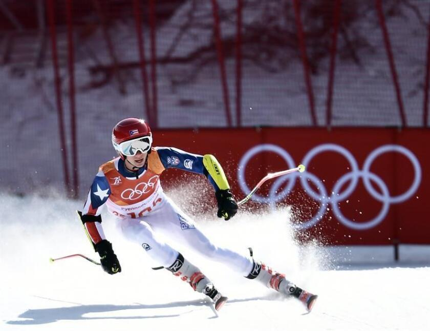 El esquiador de 17 años Charles Flaherty, superó en la madrugada del domingo la prueba de eslalom gigante, en la que se situó en el puesto 73 de 110, en lo que representa su debut en los Juegos Olímpicos de representado a Puerto Rico en PyeongChang, Corea del Sur. EFE/EPA
