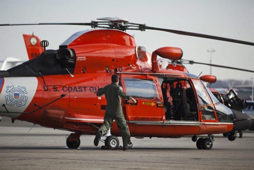 Fotografía de archivo de un helicóptero de la Guardia Costera de los Estados Unidos. EFE/Archivo