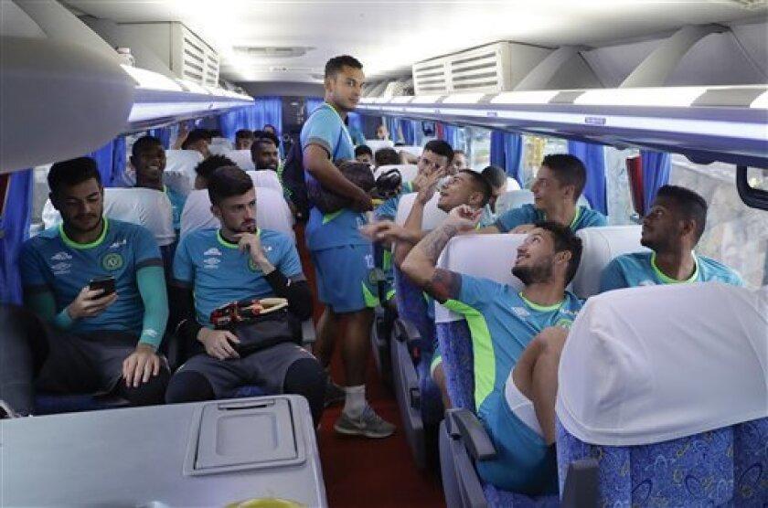 Los jugadores del club Chapecoense hablan en el autobús rumbo a un entrenamiento el miércoles, 18 de enero de 2017, en Chapecó, Brasil. (AP Photo/Andre Penner)
