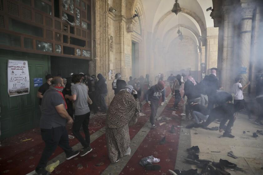 Palestinos chocan con fuerzas de seguridad israelíes en el complejo de la Mezquita de Al Aqsa,