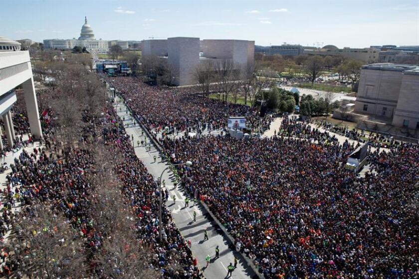 """Se estima que cientos de miles de personas asisten a la marcha nacional contra las armas (""""March For Our Lives"""") en Pennsylvania Avenue en Washington, DC, EE. UU. EFE"""