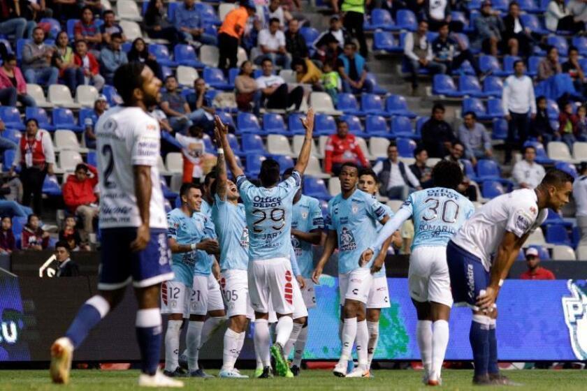 Jugadores de Pachuca festejan una anotación ante Puebla este viernes durante el juego correspondiente a la jornada 5 del torneo mexicano de fútbol, celebrado en estadio Cuauhtémoc en la ciudad de Puebla (México). EFE/Hilda Ríos