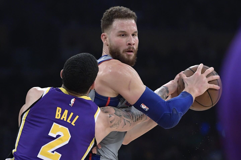 El jugador de los Lakers de Los Ángeles Lonzo Ball (izquierda) toca el balón, en manos de su rival de los Pistons de Detroit Blake Griffin, durante la primera mitad del juego de la NBA que enfrentó a ambos equipos, el 9 de enero de 2019, en Los Ángeles. (AP Foto/Mark J. Terrill) ** Usable by HOY, ELSENT and SD Only **