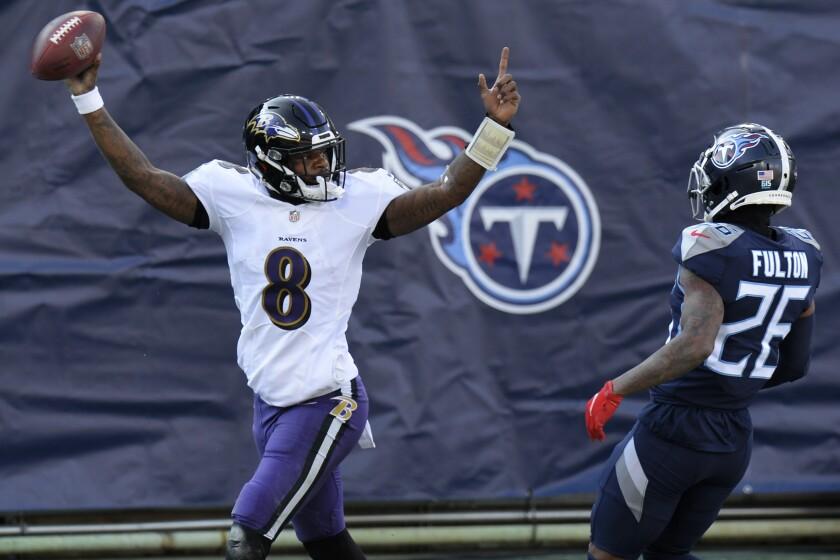 El quarterback de los Ravens de Baltimore, Lamar Jackson, celebra luego de anotar un touchdown