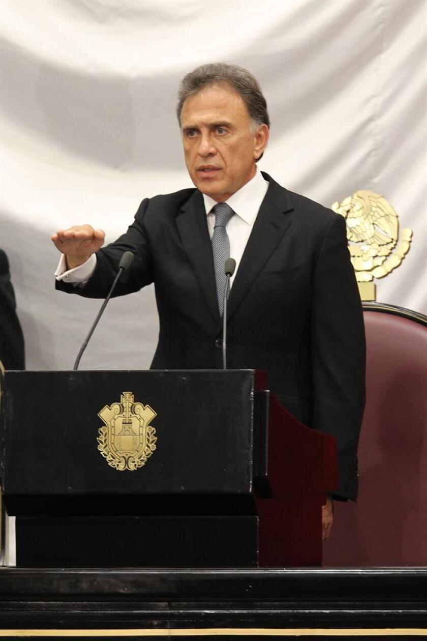 """El gobernador de Veracruz, Miguel Ángel Yunes, declaró hoy ese estado mexicano en """"emergencia financiera"""" y amenazó con la suspensión de pagos a los bancos si no se acuerda una quita y un ajuste a las tasas de interés. EFE/Archivo"""