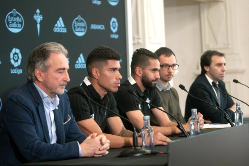 Los futbolistas, el uruguayo Lucas Olaza (2i) y el argelino Ryad Boudebouz (3i), junto al director deportivo del Celta de Vigo, Felipe Miñambres (d) y el consejero Fernando Rodilla (i), hoy en Vigo durante su presentación como nuevos futbolistas del Celta. EFE