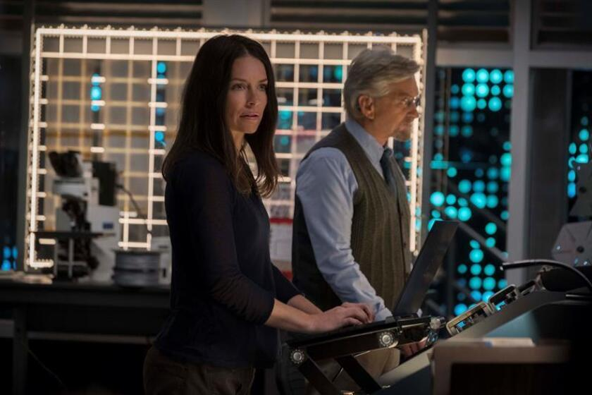 "Fotograma cedido por Marvel Studios donde aparece la actriz Evangeline Lilly (i) en el doble papel de The Wasp/Hope van Dyne y el actor Michael Douglas (d) como Hank Pym, durante una escena de la película ""Ant-Man and the Wasp"". EFE/Ben Rothstein/Cortesía Marvel Studios/SOLO USO EDITORIAL/NO VENTAS"