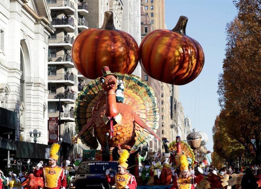 El globo del personaje estrella del Día de Acción de Gracias 'El Pavo Tom' (Tom Turkey) flota en pleno Central Park, durante el 93º desfile anual de Acción de Gracias en Nueva York, EEUU, hoy, 23 de noviembre de 2017. EFE