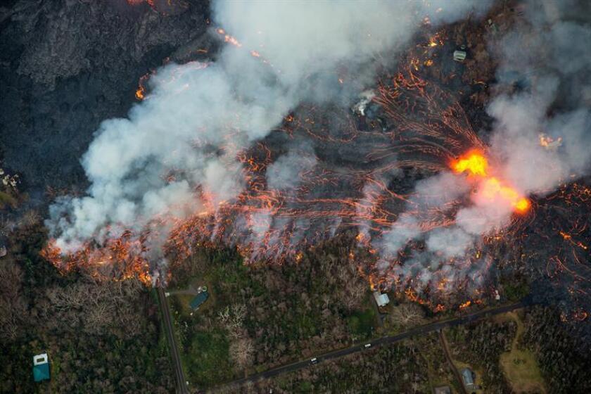 Vista aérea de la erupción de una nueva fisura en Leilani Estates lo que ha comenzado a afectar a viviendas y propiedades, cerca de Pahoa, Hawái (Estados Unidos). EFE/Archivo
