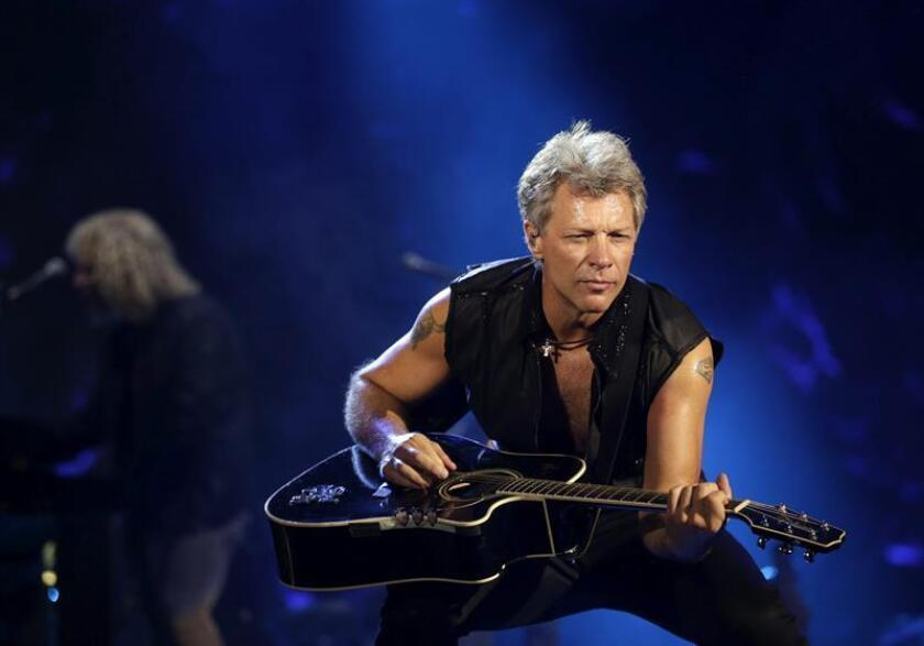 """El músico estadounidense Jon Bon Jovi actúa durante el primer concierto de su gira """"Bon Jovi Live!"""" en el estadio Bung Karno de Yakarta, Indonesia. EFE/Archivo"""