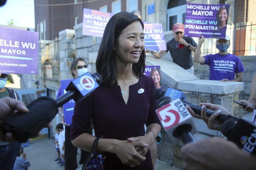 Michelle Wu, candidata a alcaldesa de Boston, habla con reporteros tras votar en la carrera a la alcaldía