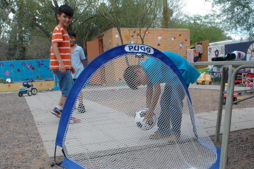 Fotografía del 14 de julio de 2018, de un grupo de niños jugando fútbol en el patio del albergue Casa Alitas, en Tucson, Arizona (EE.UU.). EFE/Archivo