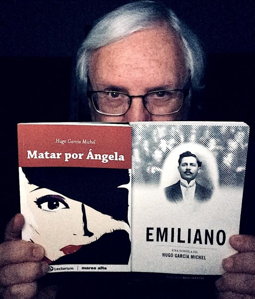 Hugo García Michel con dos de sus libros, 'Matar por Ángela' y 'Emiliano'