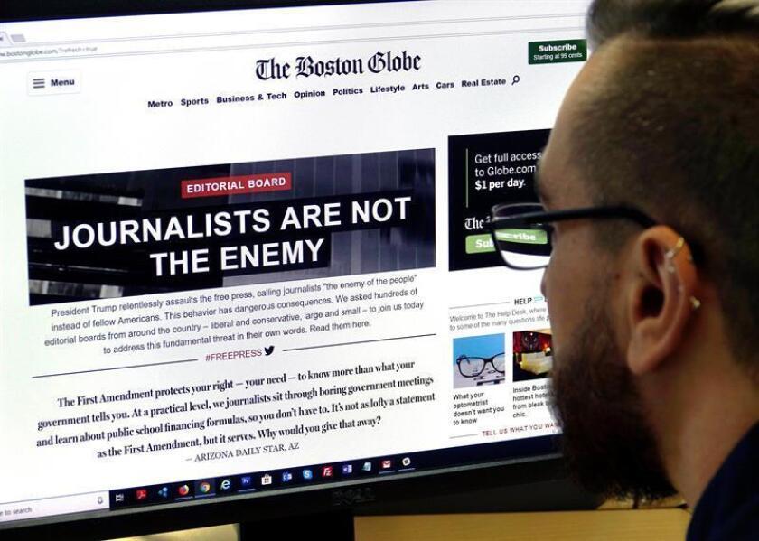 """Un hombre visita el portal de la edición en línea del diario estadounidense The Boston Globe, en el que se lee """"Los periodistas no son el enemigo"""", en Fráncfort (Alemania). EFE/Archivo"""