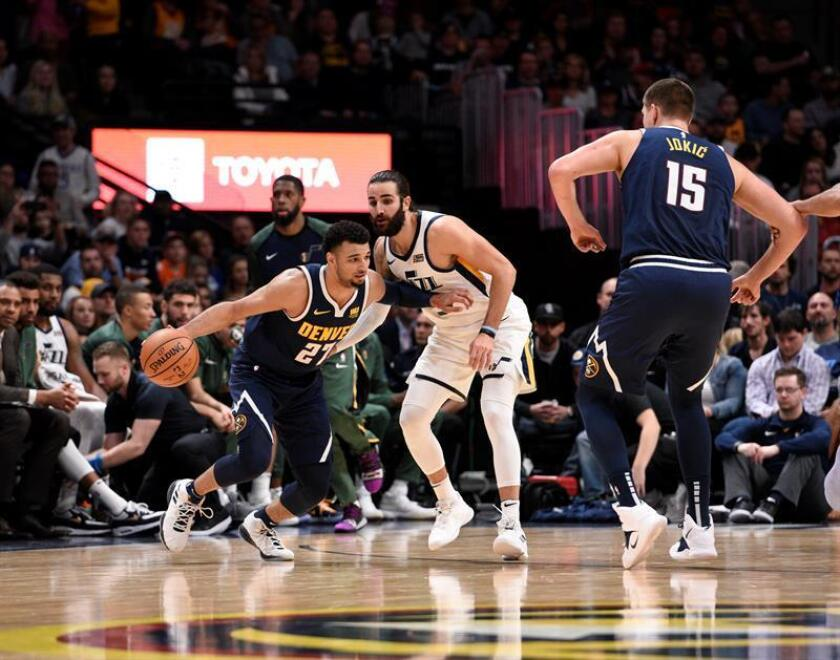 El jugador Jamal Murray de Denver Nuggets (i) en acción ante la marca de Ricky Rubio (c) de Utah Jazz hoy, sábado 3 de noviembre de 2018, durante el juego entre Utah Jazz y Denver Nuggets de la NBA, en el Pepsi Center en Denver (Estados Unidos). EFE