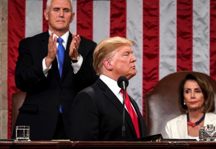 La presidenta de la Cámara de Representantes, Nancy Pelosi (d), y el vicepresidente, Mike Pence (i), escuchan al presidente de los Estados Unidos, Donald J. Trump, este martes mientras pronuncia su segundo discurso sobre el Estado de la Unión, en el Capitolio en Washington, DC (EE. UU.). EFE